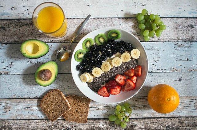 Colazione con frutta e cereali